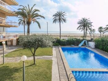 Wonderful beachfront apartment/beach view balcony - Apartamento en Castelldefels